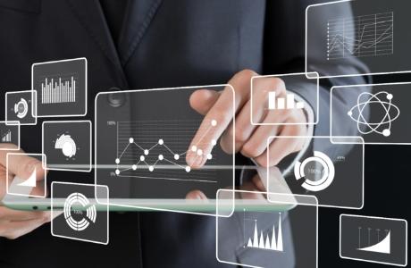 FaxやExcel、写真など店舗から報告されたデータの集計に工数が掛かっている。
